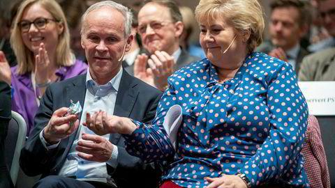 Statsminister Erna Solberg (H) får en Fishermans Friend pastill av finansminister Jan Tore Sanner (H) under regjeringspartienes perspektivkonferanse, der de markerer oppstarten av den offentlige debatten om perspektivmeldingen.