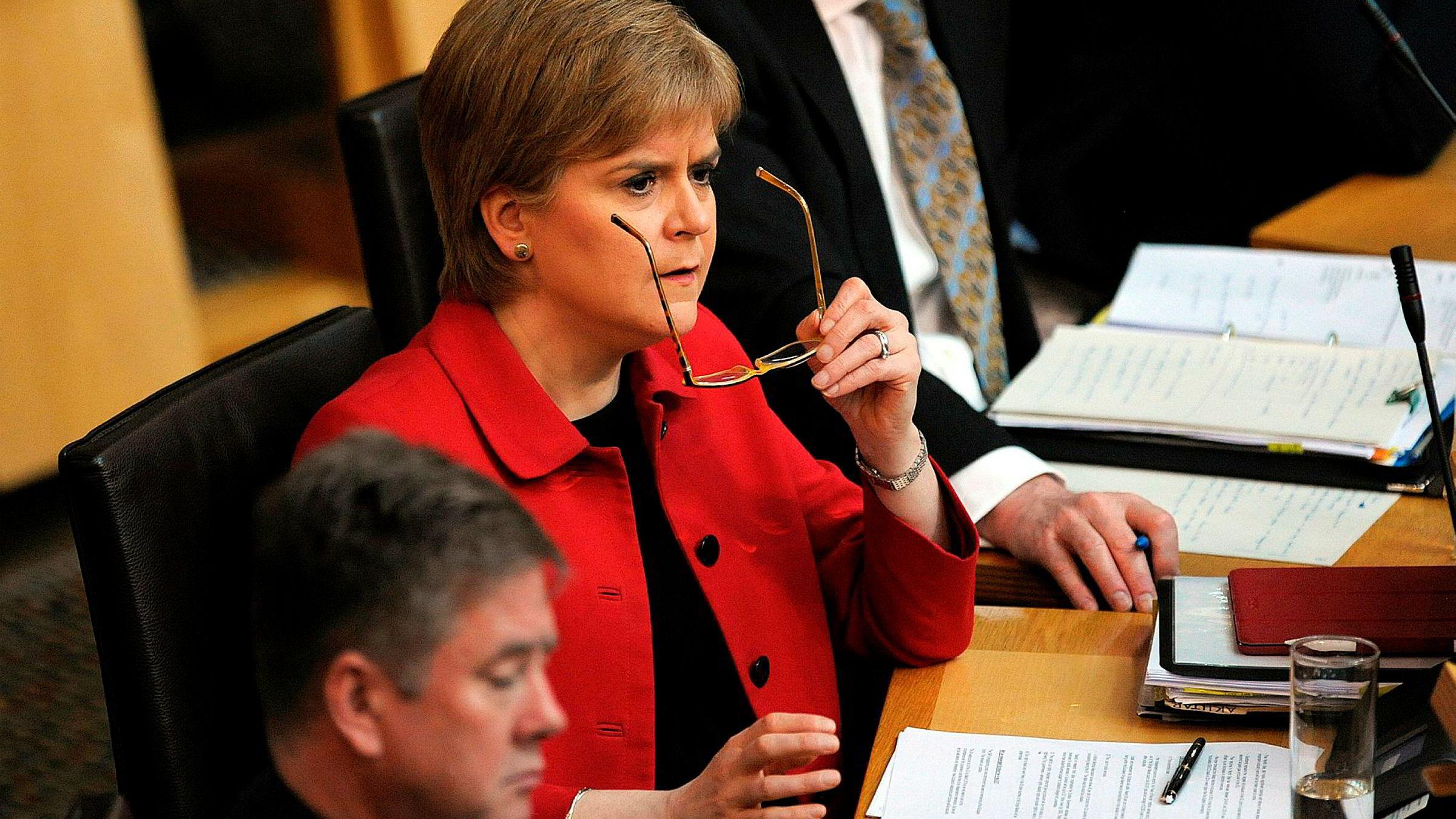 Skottlands førsteminister Nicola Sturgeon får støtte av sine egne, men veien til folkeavstemning er fremdeles lang.