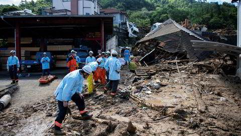 Her jobber redningsarbeidere i gatene i Kumano i Hiroshima-provinsen mandag.