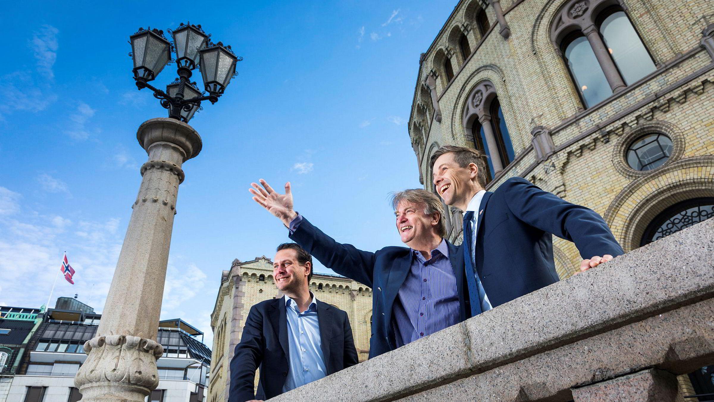 Nå må TV 2 få avtalen sin, mener Hordalands-politikerne Helge André Njåstad (FrP, til venstre), Ove Trellevik (H) og Knut Arild Hareide (KrF) – og ser med lengsel mot vest.