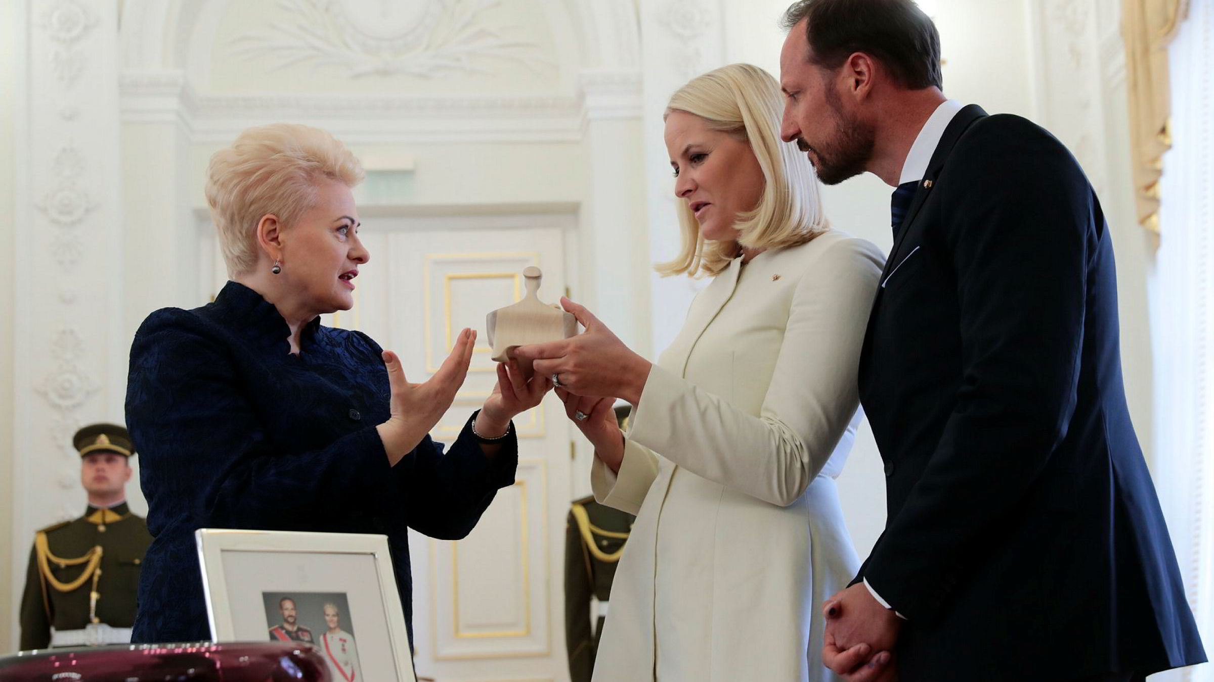 Kronprins Haakon og kronprinsesse Mette-Marit møter president Dalia Grybauskaite i presidentpalasset i Vilnius.