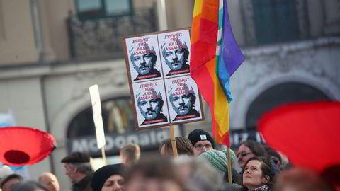 Over hundre medisinske fagpersoner anklager Storbritannia for å nekte Wikileaks-grunnlegger Julian Assange skikkelig helsehjelp.