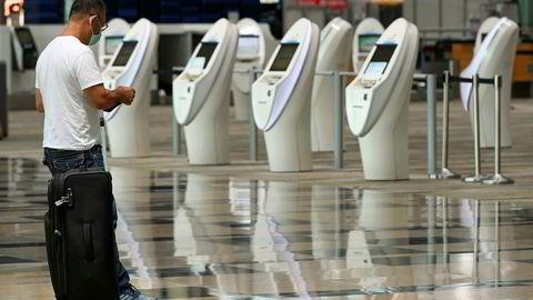 Singapore og Hongkong er blitt enige om å tillate reiser mellom de to byene forutsatt at de reisende tester negativt for koronaviruset. Her fra innsjekkingen ved hovedflyplassen Changi i Singapore i september.