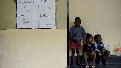 Tre barn venter sammen mens foreldrene deres samler sakene sine fra et hus i Rio de Janeiro i Brasil, som 19 familier ble kastet ut fra etter å ha oppholdt seg der ulovlig. Unicef og Redd Barna sier at ytterligere 150 millioner barn er blitt skjøvet ut i ekstrem fattigdom som følge av covid-19.