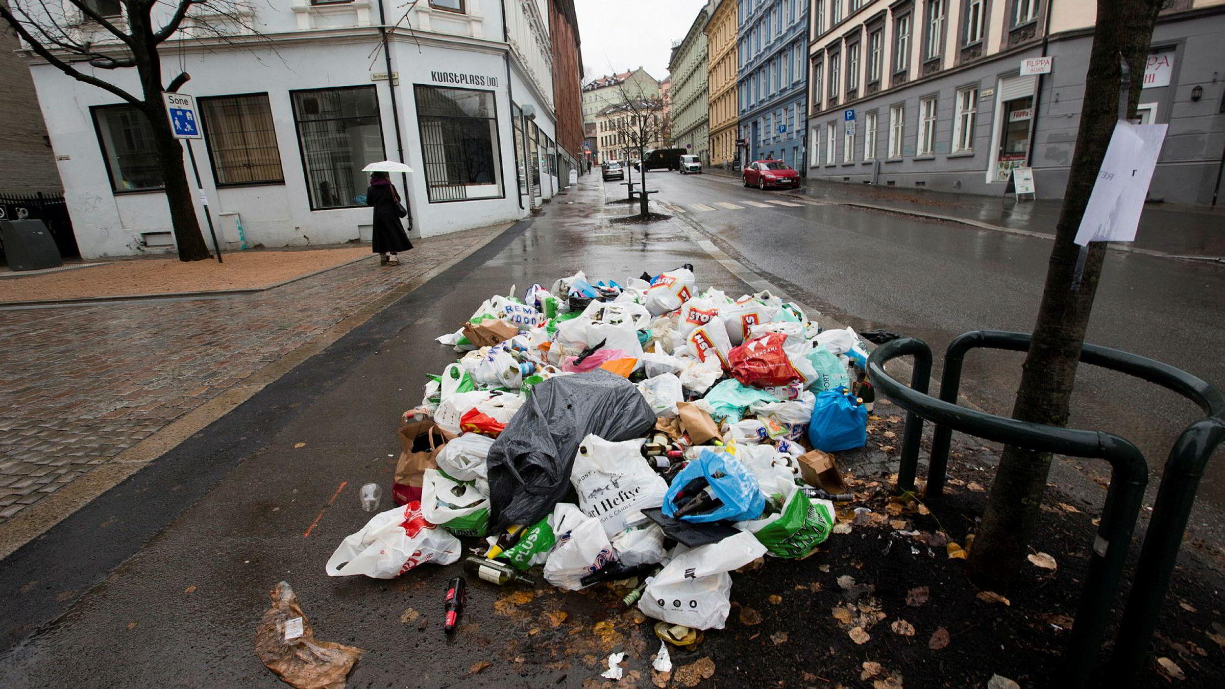 Det er enklere å la private aktører hente avfall, kjøre tog og bygge veier enn å bruke dem til å vurdere barn, syke og eldres omsorgsbehov, skriver Gøril Bjerkan. Veireno slet med søppelhåndteringen i Oslo i 2016.