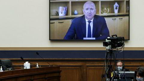 Amazon-grunnlegger Jeff Bezos forsvarte den dominerende posisjonen netthandels- og teknologiselskapet har i det amerikanske markedet da han ble kjørt til veggs med spørsmål om hvorvidt selskapet knuste småselskaper med sin markedsdominans under kongresshøringen på onsdag.