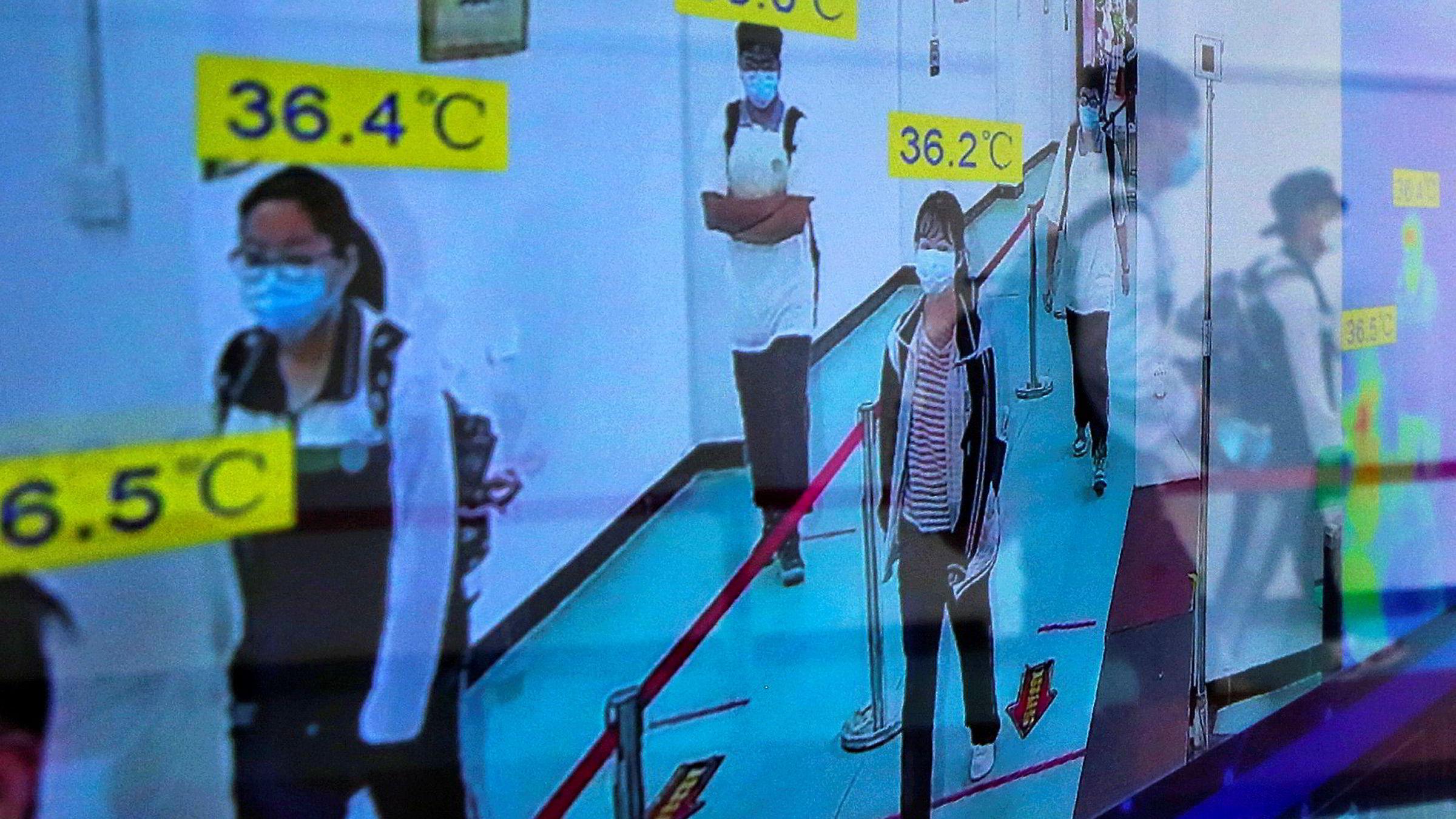 Elever ved ungdomsskolen i Wuhan 6. mai skannes automatiske for å avsløre feber eller mistenkelig endring i kroppstemperatur. Nå vil myndighetene teste hele befolkningen i byen for koronavirus