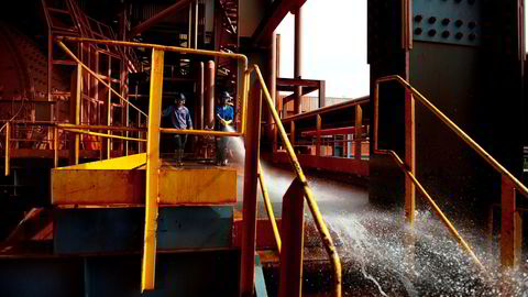 Hydro har fullført oppkjøpet av en av verdens største Bauxitt gruver, Paragominas i Brasil. Mekanikere tar seg en liten pause.