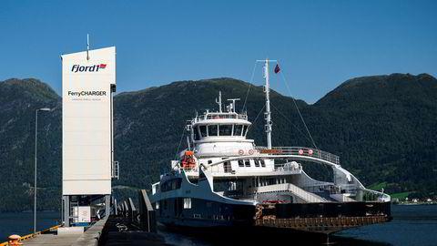 Fergen Eidsfjord legger til kai i Anda, med ladetårn på venstre side. Strekningen Anda-Lote på E39 i Nordfjord var Norges første helelektriske fergestrekning.