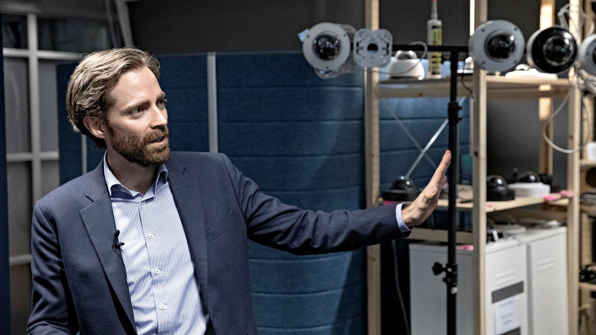 Sjef Tormod Ree viser frem kameraene oppstartsselskapene Jazz Networks og Vaion har jobbet med på Fornebu. De to selskapene gikk sammen før nyttår, men har ennå ikke fått noe nytt navn.