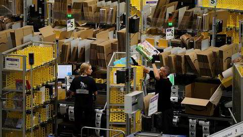 Amazon-arbeidere forbereder seg på Black Friday-salg i et av selskapets såkalte «fulfilment centres» (les: massivt varehus) i Peterborough, øst i England. Handlingen i «Midlertidig ansatt» finner sted i et lignende varehus, i den tyske byen Leipzig.