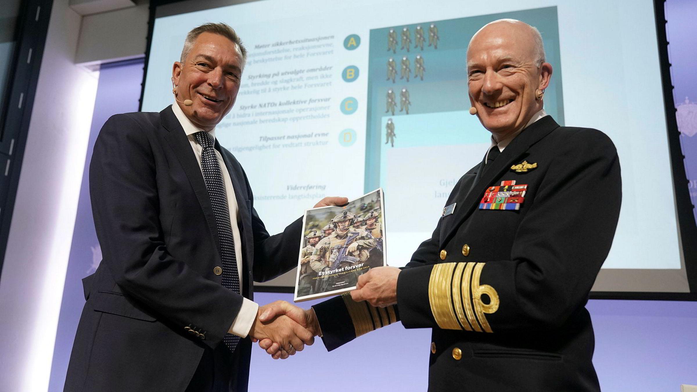 Forsvarssjef Haakon Bruun-Hanssen (til høyre) overleverte i fjor høst sitt fagmilitære råd til forsvarsminister Frank Bakke-Jensen (H). Det vil kreve meget strenge politiske prioriteringer å realisere et mål om to prosent av bnp til forsvar.