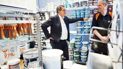 – Årets trend er lyse og matte farger til innendørsmaling, sier konsernsjef Morten Fon i Jotun til venstre som får bekreftet fra avdelingsleder Hans Kristian Jakobsen i Jernias butikk i Torggata i Oslo at det er det som selges mest.