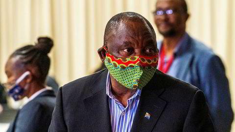 Sør-Afrikas president Cyril Ramaphosa gjeninnførte søndag portforbud på natten og forbød alkoholsalg som en reaksjon på at koronasmitten øker i landet.