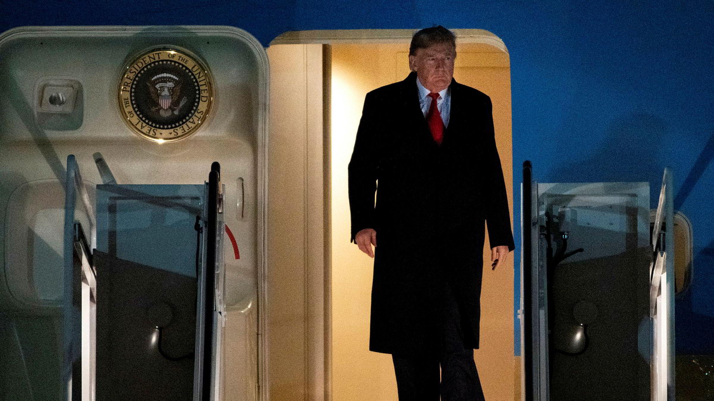 President Donald Trump sier at han er villig til å forhandle med Iran, men skjerper samtidig USAs sanksjoner mot landet.