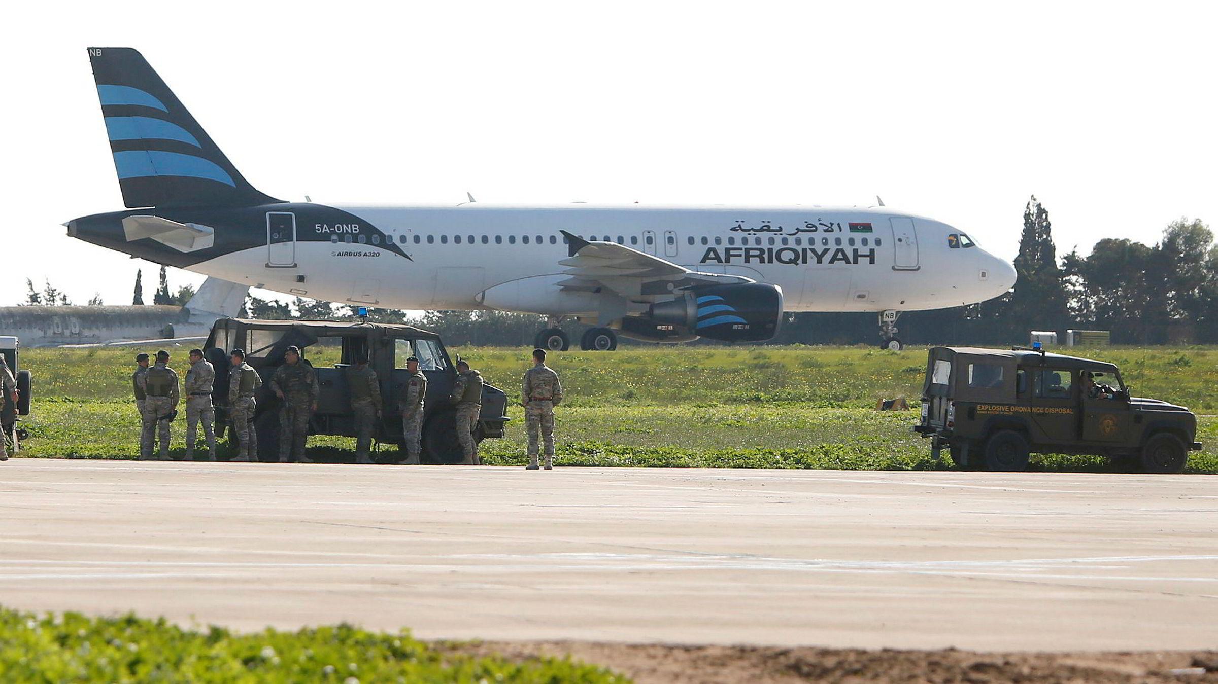 Det kaprede flyet fra Afriqiyah Airways har landet og står på rullebanen på Malta Airport.