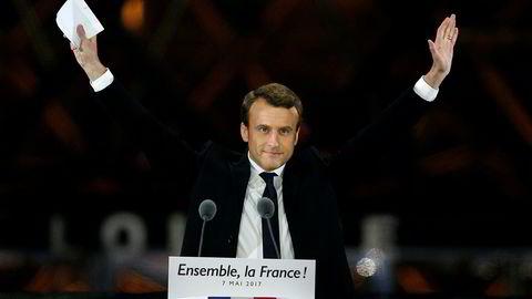 Emmanuel Macron takker tusenvis av tilhengere etter å ha vunnet det franske presidentvalget.