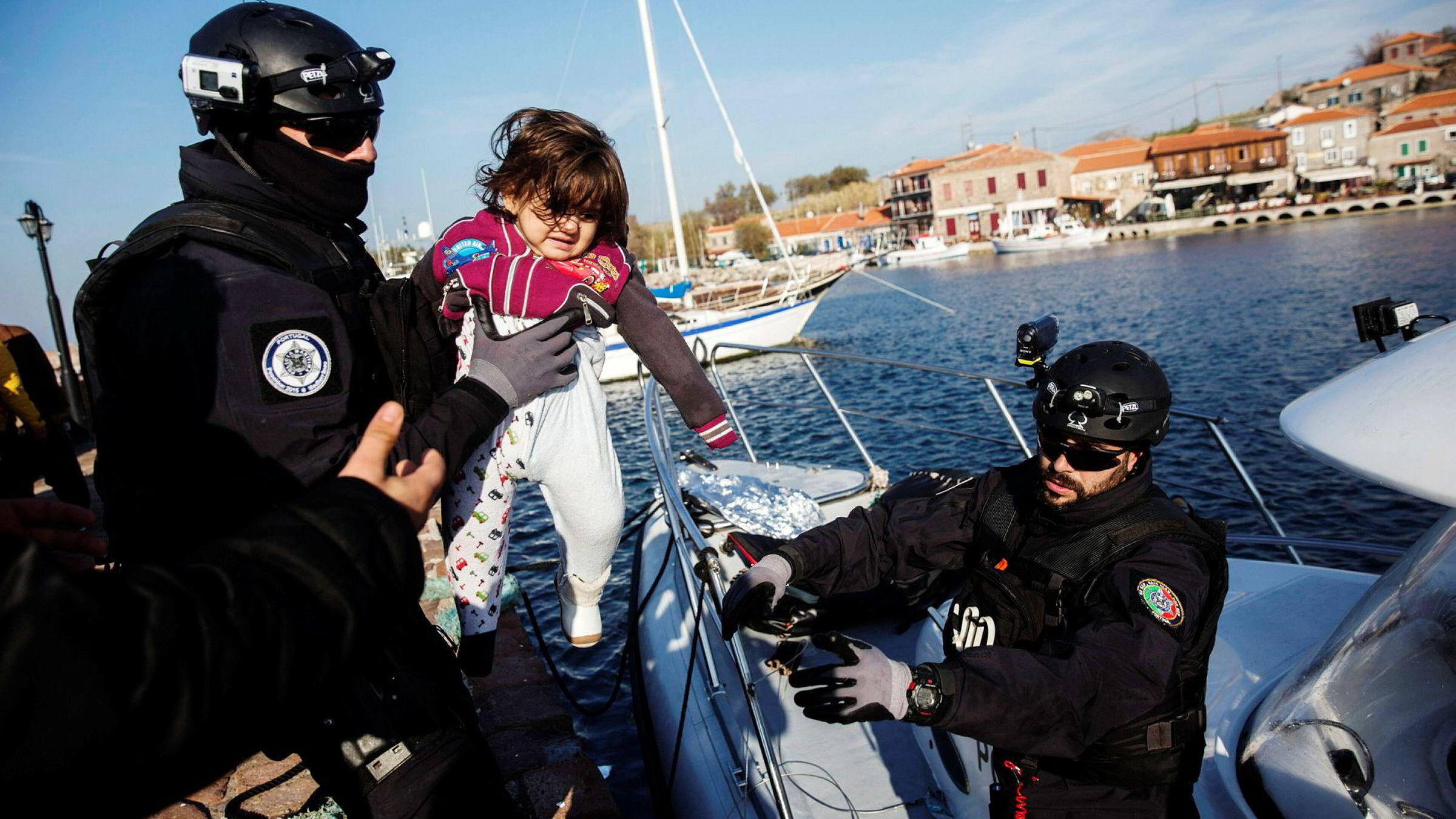 Europakommisjonen vil ha en kraftig økning i budsjettet til EUs grensevaktstyrke, Frontex. Her berger to soldater fra styrken i land et flyktningbarn etter en redningsoperasjon ved den greske øyen Lesbos.