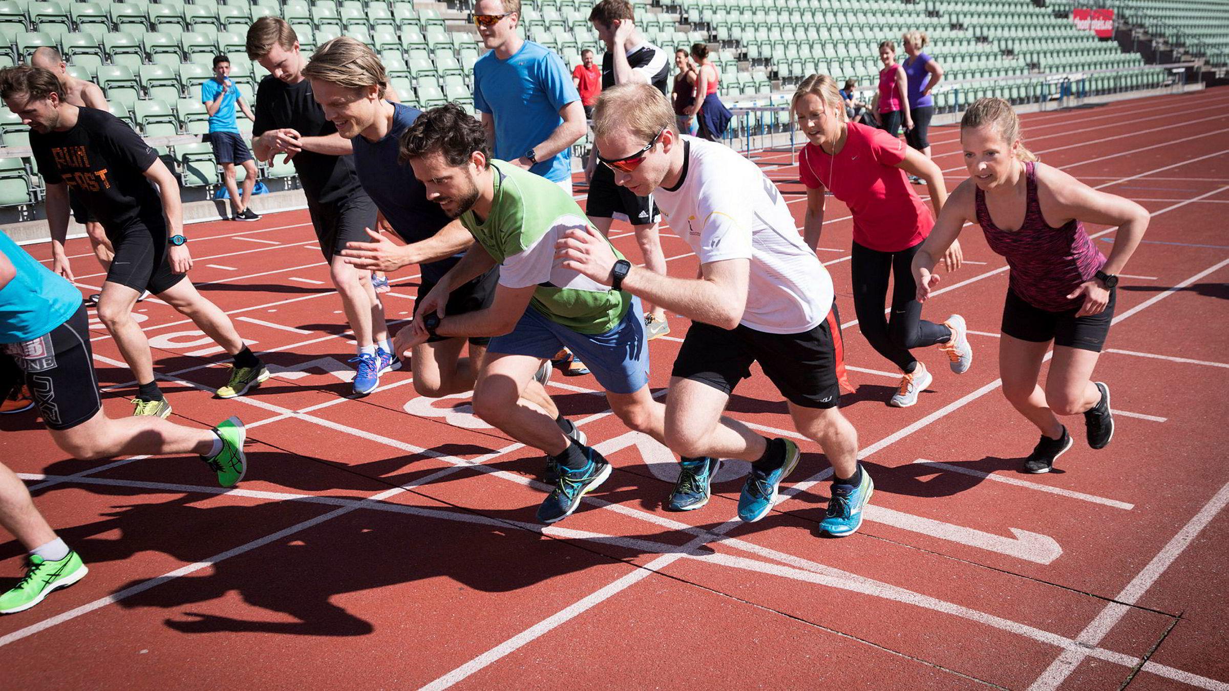 Justin Burke (i grønn t-skjorte), Oscar Wilhelm Erichsen (i hvit t-skjorte) og Kaja Stabursvik (i lilla singlet) gir alt fra start under Ernst & Youngs intervalltrening på Bislett.