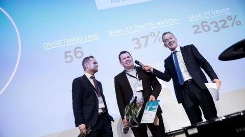 Brødrene Edvard og Arne Bakke (i midten) fikk opp stemningen da de mottok prisen som gasellevinner i Hordaland, og ble intervjuet av DNs sjefredaktør Amund Djuve.