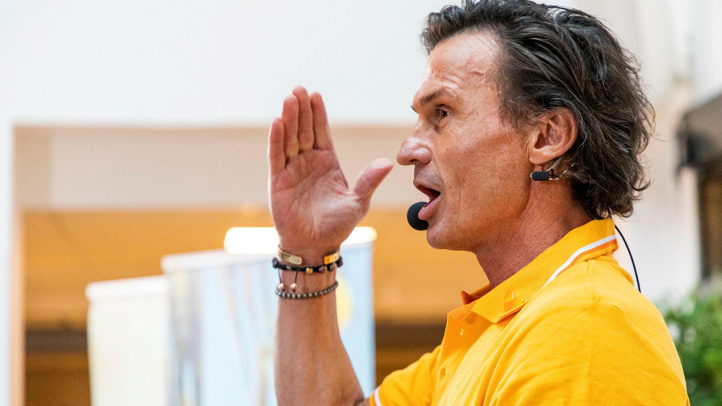 Petter Stordalen presenterer overtagelsen av Ving for presse og ansatte.