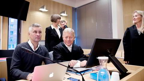 Torleif Ahlsand (venstre), tidligere nestleder i Funcom forklarte seg i innsidesaken onsdag. Sittende til høyre er hans forsvarer Bjørn Stordrange. I bakgrunnen fra venstre statsadvokat Aud Slettemoen, sakkyndig vitne Petter Røed og politiadvokat Giske Wiede Jean-Hansen.