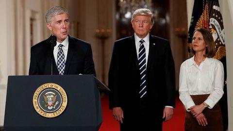 Dommer Neil Gorsuch taler mens hans kone Louise og president Donald Trump står ved hans side. Trump utpekte tirsdag Gorsuch som ny høyesterettsdommer i USA.