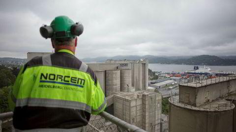 Karbonfangst og -lagring kan øke kostnadene med 50 eller 100 prosent, eller enda mer for industrielle prosesser som stål, tegl, sement eller aluminium, skriver Gunnar S. Eskeland. Her fra Norcems sementfabrikk i Brevik.