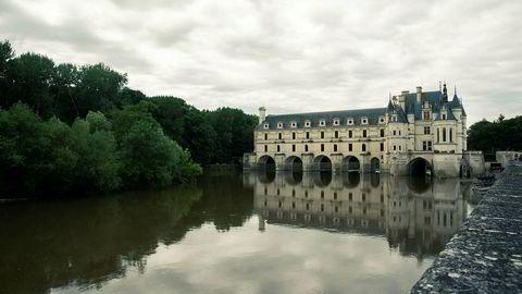 Elegant. Som flere Loire-slott bærer Chenonceau spor også av en annen, eldre bygning fra middelalderen. Først og fremst er anlegget preget av at renessansen og dens stilidealer var kommet til Frankrike da slottet ble skapt av kong Frans den førstes skatteinnkrever på 1500-tallet