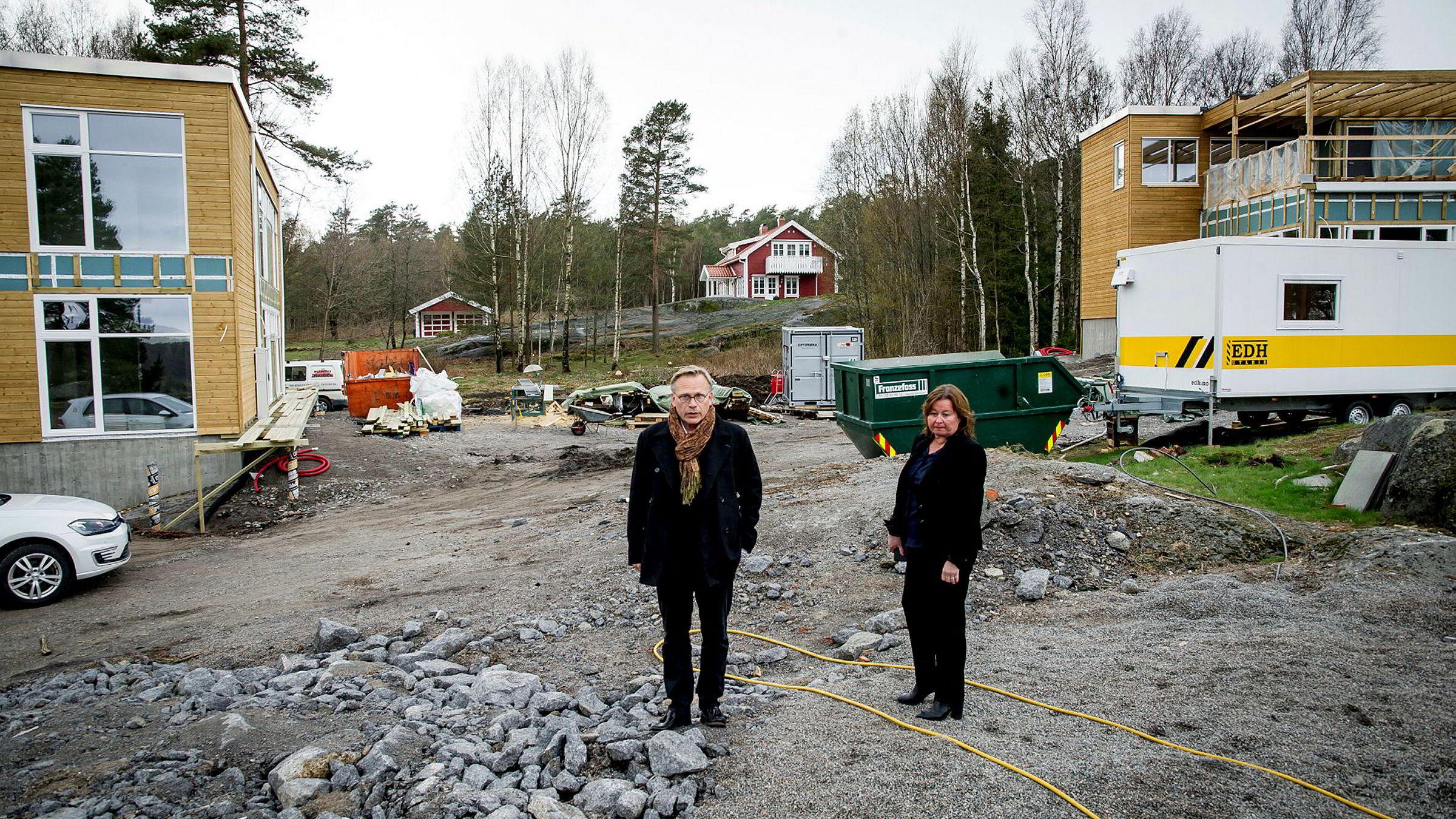 Arkitekt Rune Breili har tegnet mange av hyttene på Tjøme som det er blitt byggesaker av. Her med advokat Vibeke Hein Bæra på tomten til Dalsveien 57, et prosjekt som er stoppet. Byggingen på de to nabotomtene i bakgrunnen er ikke stanset.