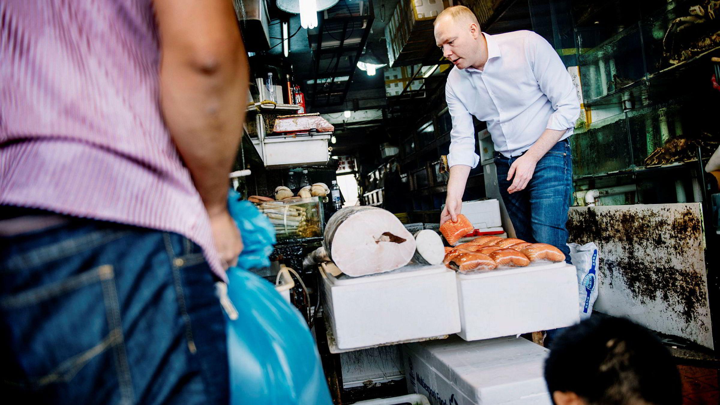 Sigmund Bjørgo fra Norsk sjømatråd er på det lokale fiskemarkedet i Shanghai og ser på laks. Etter flere år med stans av eksport av norsk laks til Kina, øker nå eksporten kraftig.
