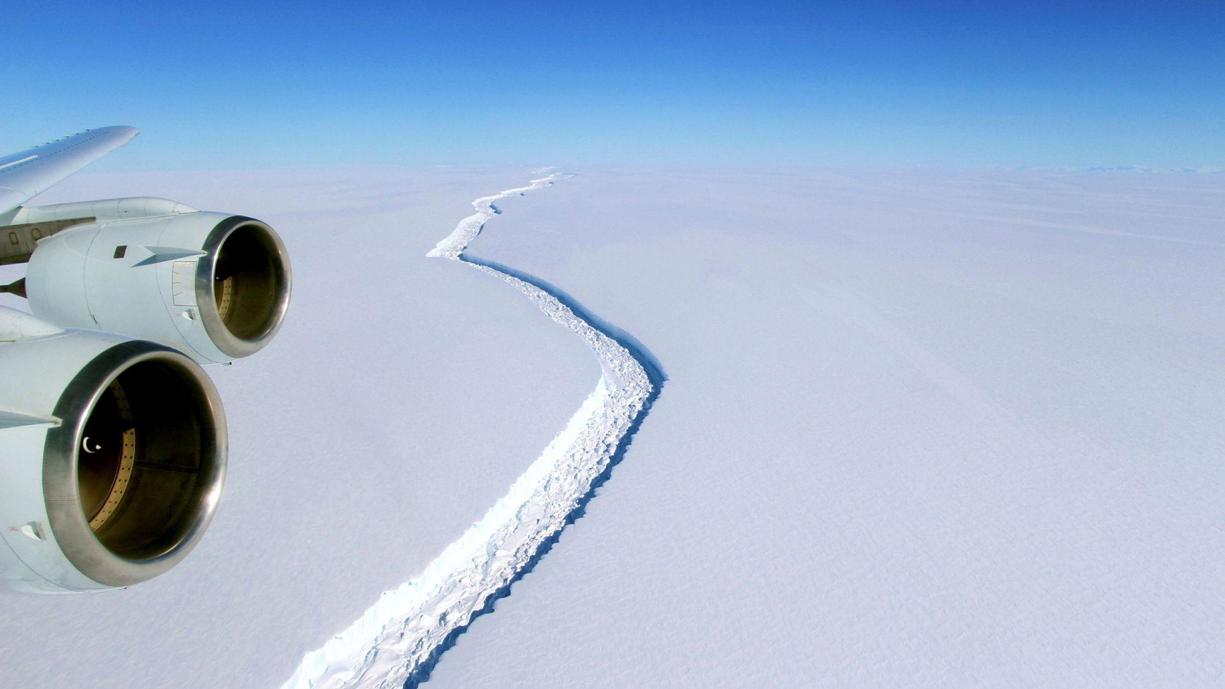 Sprekken på Larsen-isbreen del C blir stadig større, og faller delen av blir verdens største isfjell dannet.