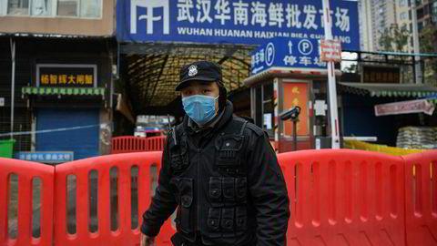 Sjømatmarkedet i Wuhan antas å være episenteret for coronaviruset. Markedet er avstengt og politi sørger for at ingen kommer inn. 25 mennesker er bekreftet døde i Kina og antall smittede nærmer seg 1000.