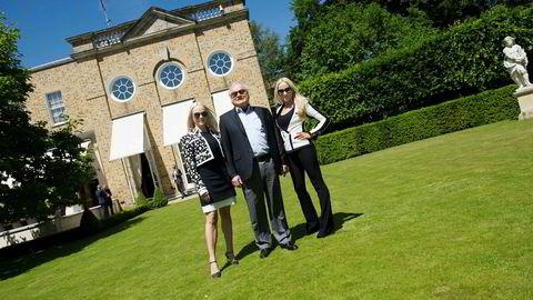 John Fredriksens aksjer i Seadrill var på det meste verd 48 milliarder kroner. Nå har han en urealisert gevinst på over fire milliarder kroner etter refinansieringen av riggselskapet. Her hjemme i hagen i London med døtrene Kathrine (til venstre) og Cecilie.
