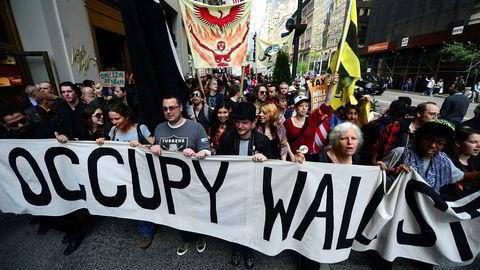 Occupy Wall Street samlet tusener av demonstranter i hele verden for å protestere mot grådigheten til ledende finansielle eliter og politikerne som reddet dem, skriver Olav Rosness i innlegget. Her fra Fifth Avenue i New York.