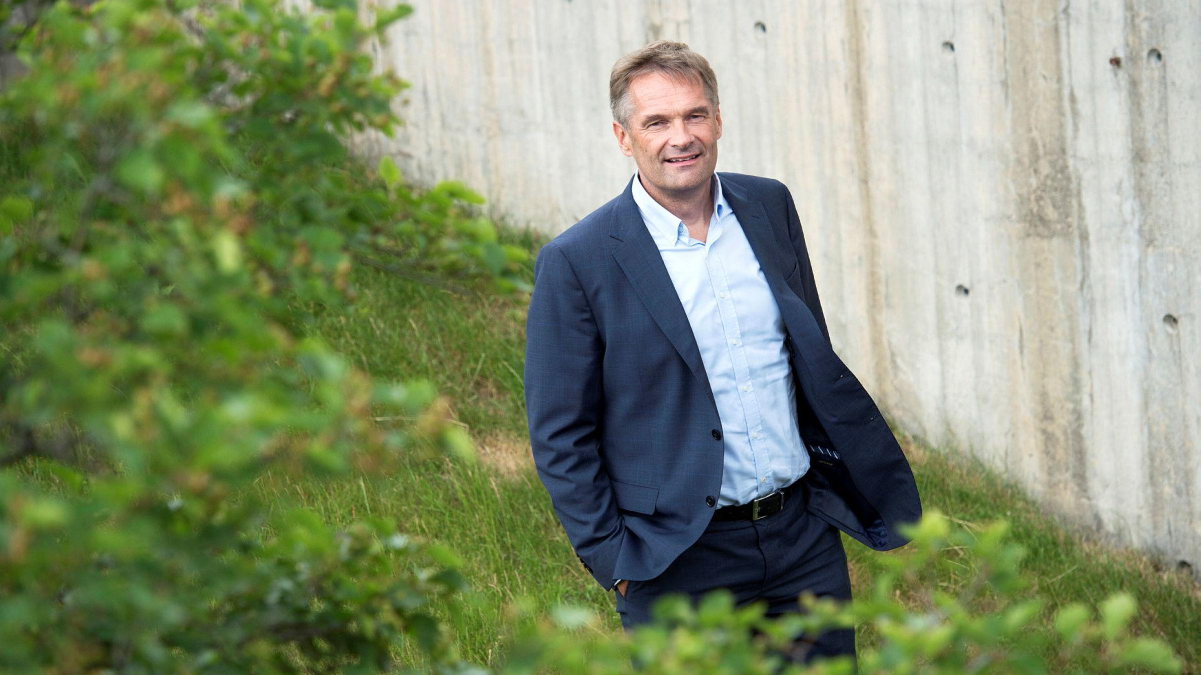 Ifølge årsrapporten fikk administrerende direktør Abraham Foss i Telia Norge utbetalt nesten 5,7 millioner kroner i lønn i 2017. Det inkluderer også bonus for arbeid gjort i 2016. Inkludert pensjonsutgifter og andre godtgjørelser utgjorde lønnskostnadene for Foss til sammen 6,8 millioner.