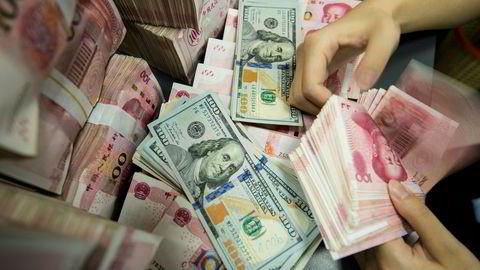 Den samlede gjelden i verden har økt til en ny rekord. i Kina er det økte mislighold i næringslivet. Kredittvurderingsselskapene Moody's og Fitch frykter en forverring.