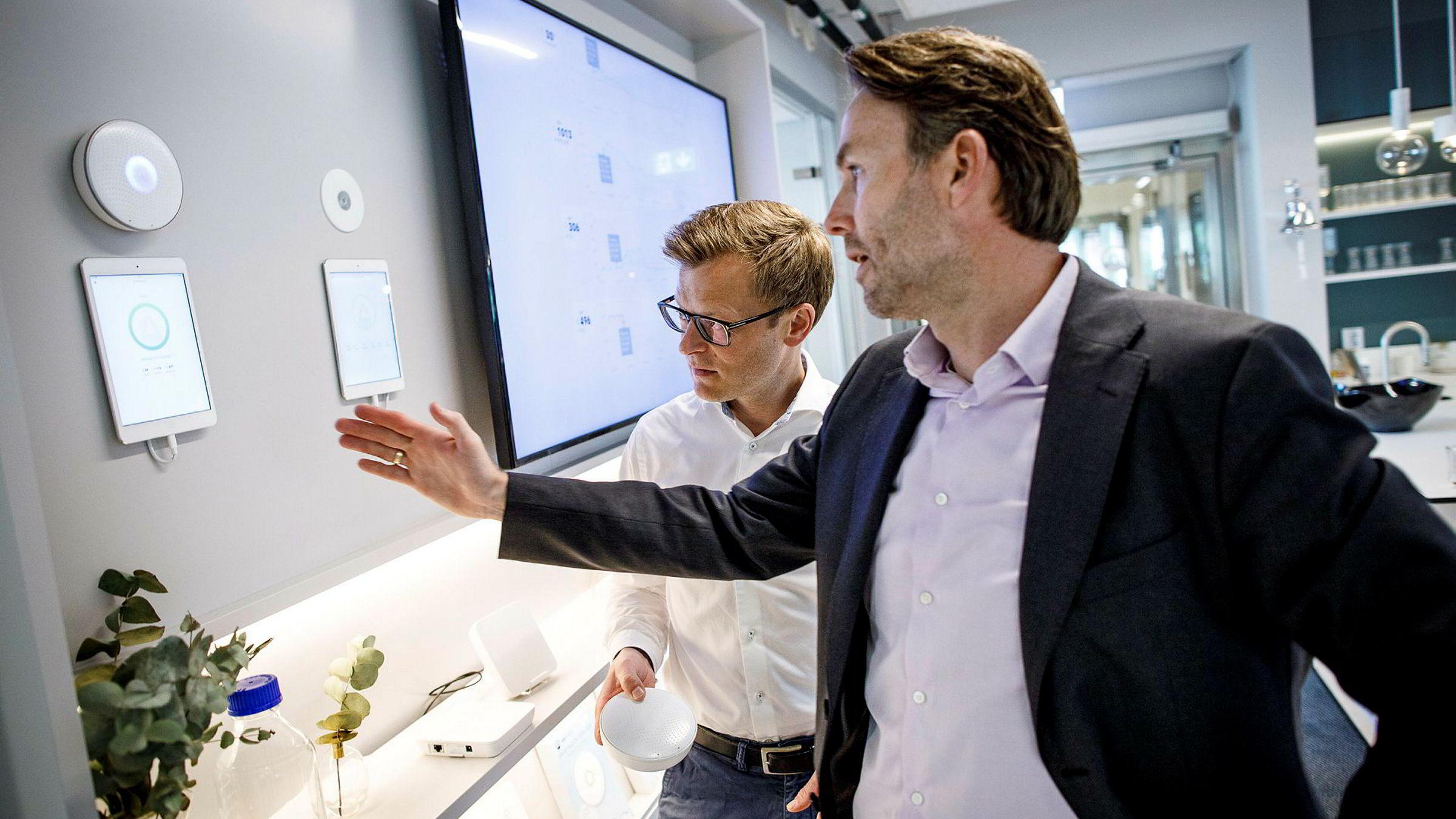 Teknologisjef Erlend Bolle (til venstre) i Airthings utvikler nye luftkvalitetsmålere som skal få mobiltilkobling ved hjelp av Com4. De valgte Stein Andre Larners selskap Com4 både på grunn av internasjonale mobilavtaler, og for deres ekspertise og hjelp til å prøve ut produktet.