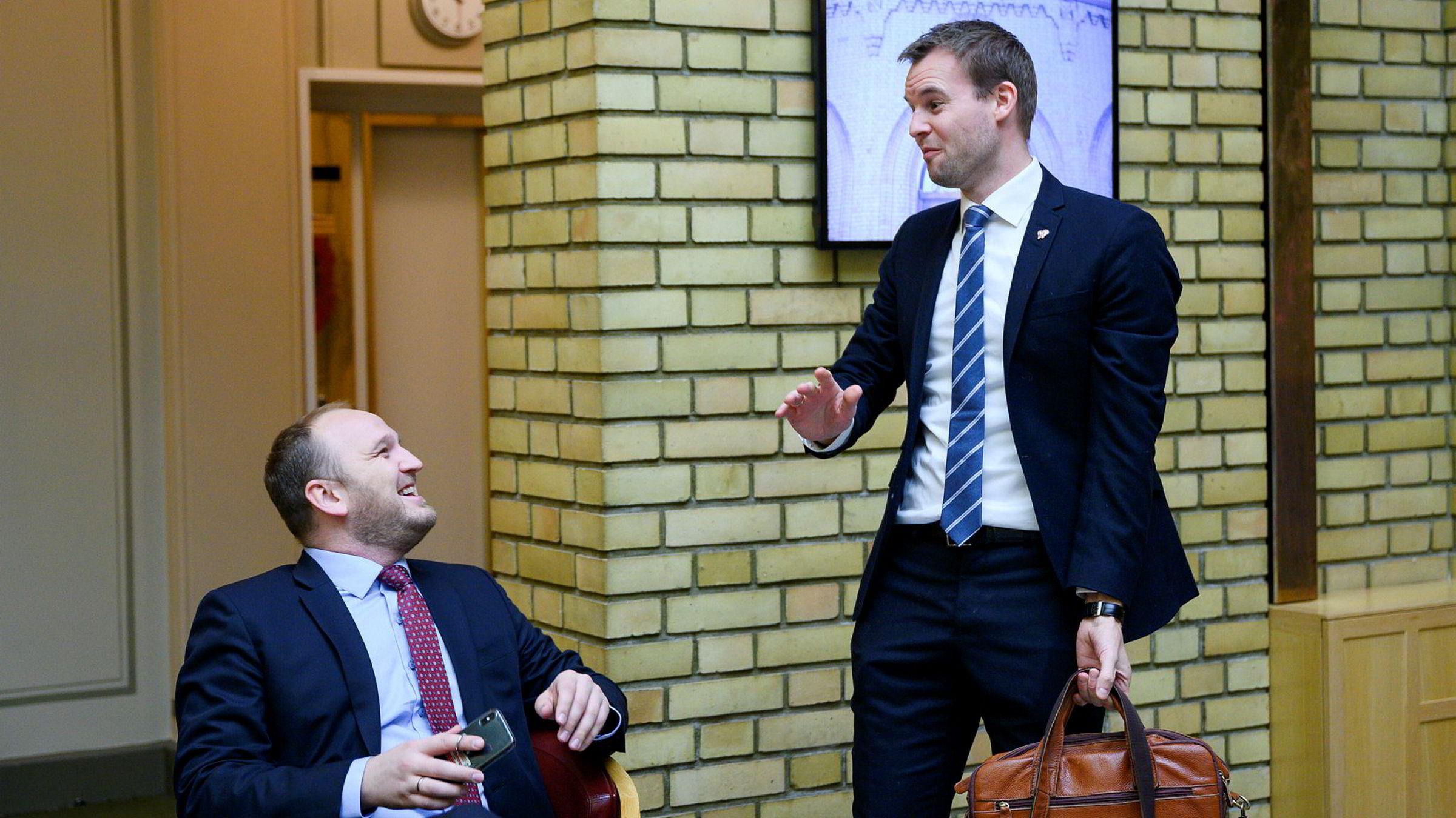 KrF-leder Kjell Ingolf Ropstad (til høyre) møtte samferdselsminister Jon Georg Dale (Frp) i Stortingets vandrehall før de skulle inn i spontanspørretimen.