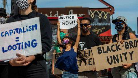 Demonstranter tok til gatene i Los Angeles lørdag etter dødsfallet til George Floyd sist søndag. Den ubevæpnede afroamerikanske mannen døde etter å ha blitt trykket til bakken da han ble pågrepet av politiet i Minneapolis.