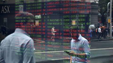 Sydney-børsen falt med nesten fire prosent da den åpnet tirsdag morgen og det ble erklært et børskrakk. Her fra utenfor Australian Securites Exchange in Sydney i morgentimene. Nøkkelindeksen «All Ordinaries» har tatt seg noe inn.