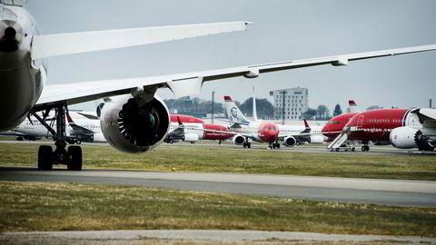 På Stavanger lufthavn Sola står en rekke av Norwegians fly både på kort- og langdistanse parkert under koronakrisen. Selskapet har drøyt 50 fly som det eier selv, og resten av flyene tilhører 24 ulike leasingaktører som det forhandles med nå.