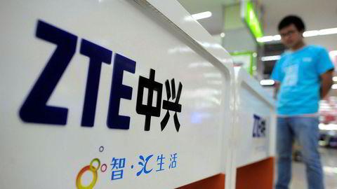 ZTE-reklame i en butikk i Wuhan sentral i Kina. Det kinesiske selskapet skal nå ha inngått forlik i striden med amerikanske myndigheter. Foto: AP / NTB scanpix