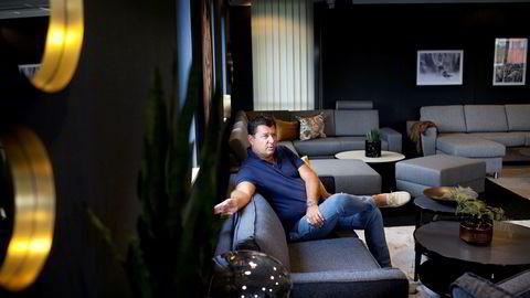 Daglig leder og storaksjonær Roar Høiland i Interstil slapper av i sitt møbel-showroom på Forus.