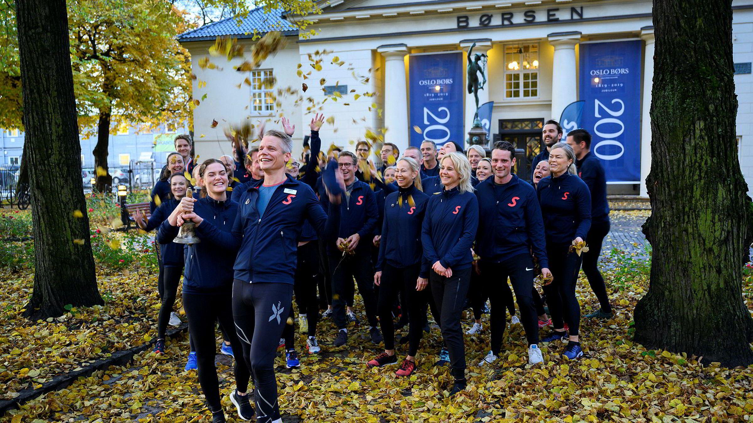 Sats-sjef Sondre Gravir, resten av ledelsen med finansdirektør Cecilie Elde og de ansatte løp fra hovedkontoret i Nydalen til Oslo Børs nede i sentrum da Sats skulle børsnotere seg 23. oktober i år.