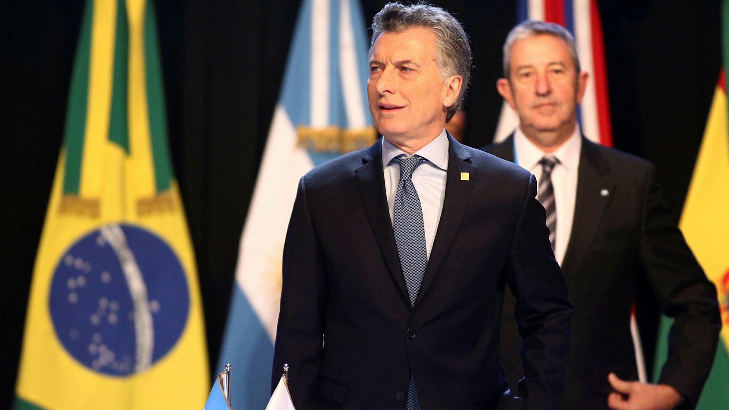 Argentina's president Mauricio Macri med senator Julio Cobos. Argentina topper listen over høye styringsrenter.