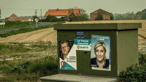 Markedene frykter at ytre venstrekandidaten Jean-Luc Mélenchon (plakaten til venstre) og ytre høyre-kandidaten Marine Le Pen (t.h.) går videre til andre runde av det franske presidentvalget. Bildet ble tatt iCaestre nord i Frankrike fredag, to dager før første runde av presidentvalget søndag.