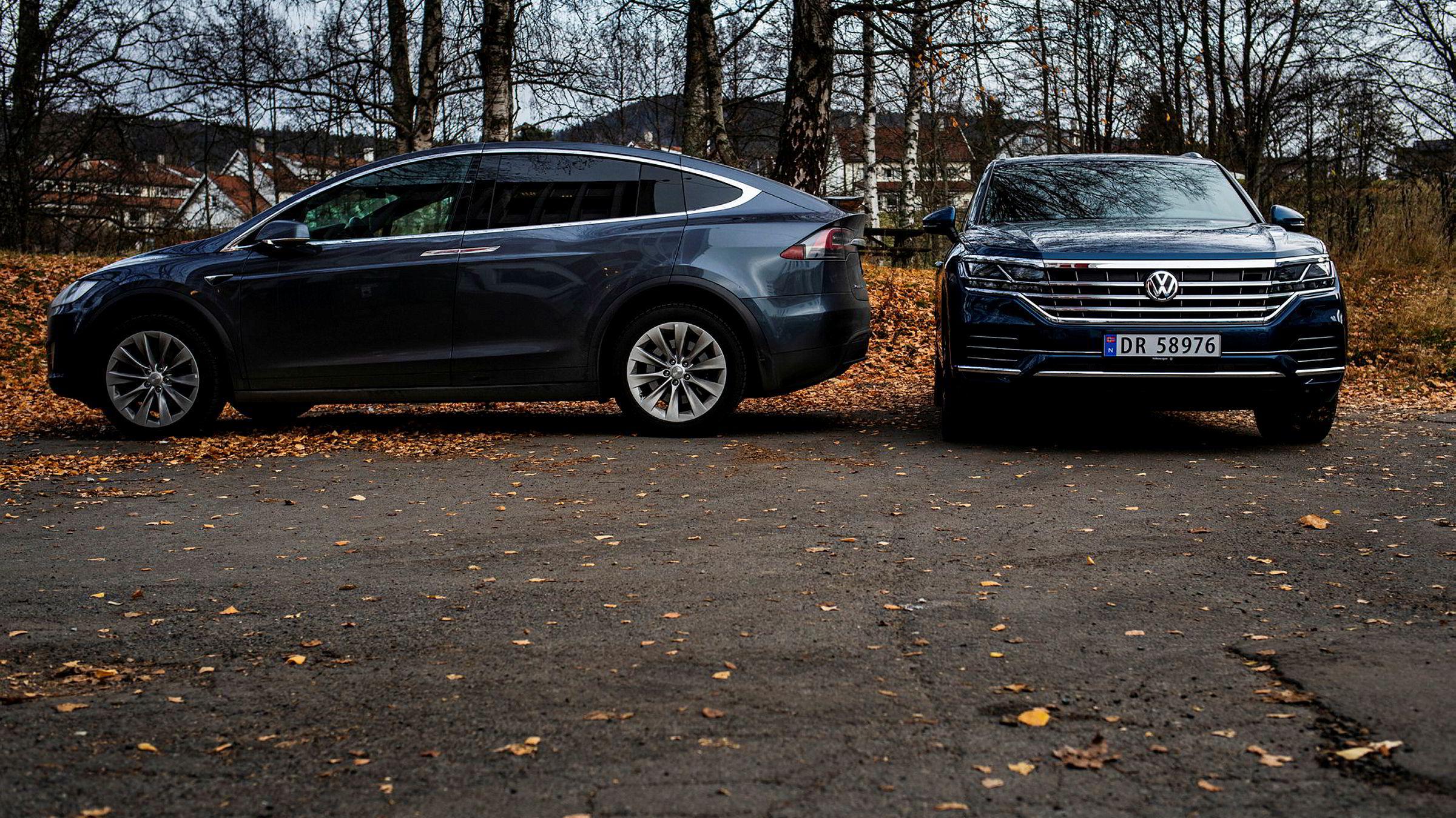 En eier av en Volkswagen Touareg (til høyre) må ut med over en halv million kroner i avgifter i løpet av bilens levetid. Til sammenligning blir det litt under 8000 kroner for dem som har Tesla X.