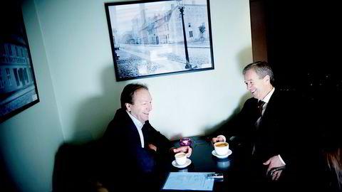 Finansråd Hans Henrik Scheel (til venstre) og sentralbanksjef Øystein Olsen traff hverandre uformelt under Tangen-bråket. Her møttes de på Kafe Falsen dagen før Olsen skulle legge frem sin første årstale og Scheel presentere de økonomiske utsiktene i 2011 som daværende SSB-direktør.