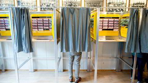I Norge leveres alle stemmer på papir i år – men mange steder telles de av maskiner. På bildet avlegger partileder Knut Arild Hareide (KrF) sin stemme på Skeidhuset i 2015.